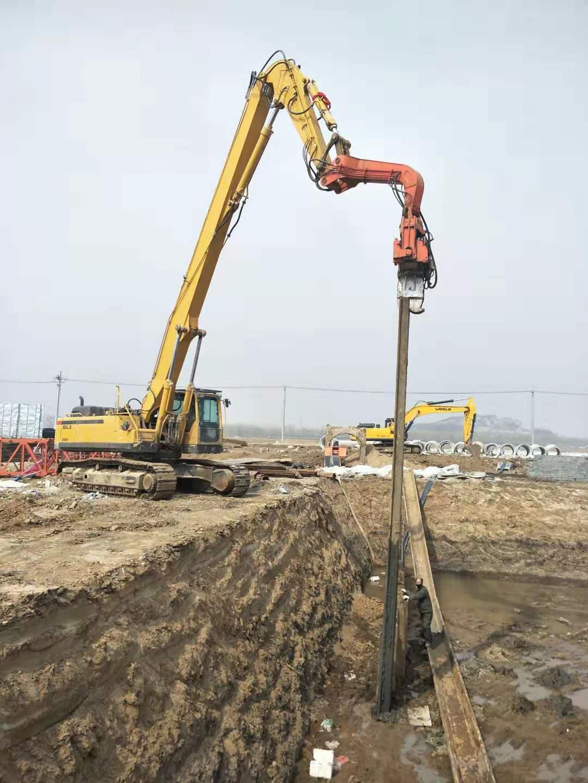 东北临工500挖机配坤龙450锤头打拔钢板桩