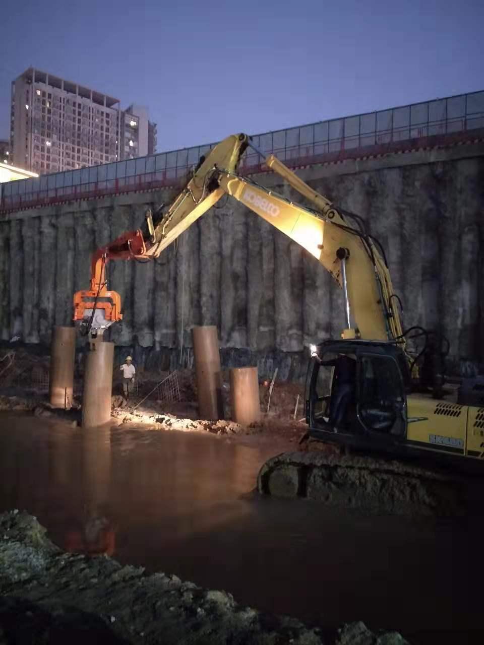 四川成都神钢480挖机配合旋挖打拔钢护筒
